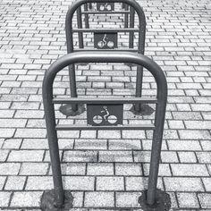 Installation urbaine pour jouer à saute-mouton ;) Symboles clermontois.  #Clermont #clermontfd #aura_focus_on #igersclermontferrand #myclermont #teamauvergne #teamclermont #myauvergne #auvergnetourisme #auvergne #auvergnerhonealpes #auvergnetourisme #puydedome #auvergne_horizon #couleurs #iphone5s #streetphoto