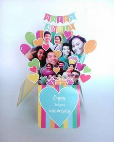 よくお店で見かけるバースデーカードといえばポップアップカード。それが進化したものが、おしゃれな女子中高生が誕生日のメッセージカードとして贈り合っているサプライズボックス。 箱型のメッセージカードに思い Pop Up Box Cards, 3d Cards, Diy And Crafts, Crafts For Kids, Paper Crafts, Pool Noodle Christmas Wreath, Glitter Paint Mason Jars, Birthday Explosion Box, Birthday Cards