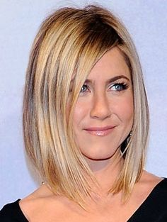 Jennifer Aniston with an angled bob, one of the most popular haircuts of See 7 of the other most popular haircuts of Jennifer Aniston Haircut, Jenifer Aniston, Popular Haircuts, New Haircuts, Cut Her Hair, Hair Cuts, Point Cut Hair, Corte Y Color, Rachel Green