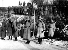 El Kaiser Guillermo II en el frente occidental saluda a las tropas que pasan desfilando. Junto a él, el príncipe heredero