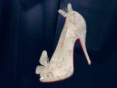 履きやすさを重視した『マノロ・ブラニク』と靴に合わせた動きが求められる『クリスチャン・ルブタン』 どちらも一度は履いてみたい女性の憧れであるシューズブランド。あなたはどちらがお好みですか?