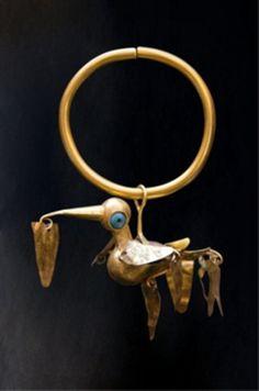 Pendiente o zarcillo de oro y turquesas Periodo Antiguo intermedio,del 200 al 600 d.c. Museo del Oro de Peru. Via Karen Myatt