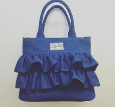 しまむら×フリルバッグが登場して、インスタグラムで話題となっています。フリルといえば、いくつになっても乙女の心をくすぐるアイテム。流行のデニム素材を使ったバッグはフリルを使っていても甘すぎず、大人が持っても可愛いデザインです。