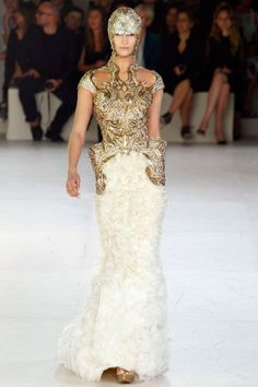Alexander McQueen Spring 2012 RTW - Runway Photos - Fashion Week - Runway, Fashion Shows and Collections - Vogue Fashion Week Paris, Runway Fashion, Fashion Show, Fashion Design, Couture Fashion, High Fashion, Alexander Mcqueen Wedding Dresses, Alexander Mcqueen Kleider, Fantasy Dress