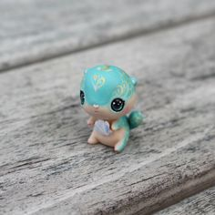 This is a precious little turquoise otter with intricate pale yellow and gold details. Its eyes have been lightly domed for a realistic effect :) It will come glazed and carefully packaged! -This little cutie is just over an inch or 2.5cm tall! ❤❤❤ Follow me on Instagram for news, updates & follower goodies: http://instagram.com/thelittlemew Have a WONDERFUL day