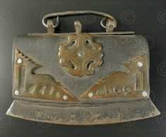Bourse à briquet Tibet TIB68. Petite bourse à briquet renfermant silex et étoupe. Acier, bronze et cuir. Tibet. 18-19ème siècle. Longueur: 11.5 cm x 9 cm de haut.