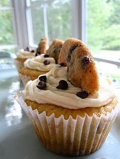 Chocolate Chip Cookie cupcakes :::  same recipe also at http://une-deuxsenses.blogspot.com/2011/03/chocolate-chip-cookie-cupcakes.html