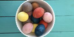 Különleges tojásfestés, amihez nem kell színes festék! Nézz körbe a konyhádban, ott van minden!