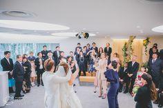 結婚式での人気の演出のひとつとしてあげらるのが「幸せのバトンタッチ」という意味も含まれていうブーケトス!ですが、ブーケのかわりにおふたりの大好きなものでトスを行うのも最近は大人気です☺今回のおふたりは大好きなトラッキー君のぬいぐるみで❤ゲストもおふたりもいつもとは違う演出に大盛り上がり間違いなしです!ロケ