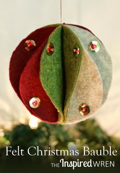 Felt Christmas Bauble Tutorial: Step by step directions to create a handmade felt sphere for the holidays, make it with thread or with hot glue. Handmade Christmas Decorations, Felt Decorations, Christmas Ornaments To Make, Christmas Sewing, Felt Ornaments, Homemade Christmas, Christmas Fun, Ornament Crafts, Felt Crafts