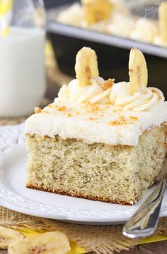 This Banana Cake with Cream Cheese Frosting is my ideal cake. It's soft, fluffy, moist and a classic combination.