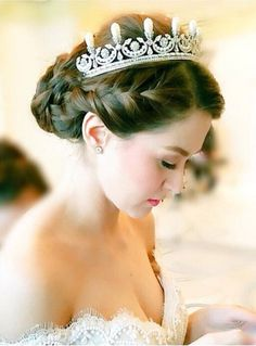 Revealing more glitter images at Marian Rivera wedding Revealing more glitter images at Marian Rivera 1 wedding. Wedding Hairstyles With Crown, Hairdo Wedding, Tiara Hairstyles, Wedding Hair Down, Hair Comb Wedding, Bridal Hair, Best Wedding Makeup, Natural Wedding Makeup, Marian Rivera Wedding Gown