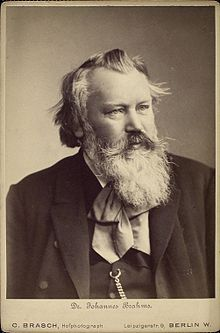 Johannes Brahms (* 7. Mai 1833 in Hamburg; † 3. April 1897 in Wien) war ein deutscher Komponist, Pianist und Dirigent, dessen Kompositionen vorwiegend der Hochromantik zugeordnet werden. Durch die gleichzeitige Einbeziehung von klassischen Formen gehen sie aber über diese hinaus. Brahms gilt als einer der bedeutendsten europäischen Komponisten der zweiten Hälfte des 19. Jahrhunderts.
