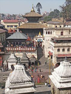 El sitio sacré de Pashupatinath (Katmandou) - El templo Pashupatinath es uno de los más importantes templos hinduistas de Shiva en el mundo. Se encuentra ubicado a orillas del río Bagmati en la zona este de la ciudad de Katmandú, capital de Nepal.