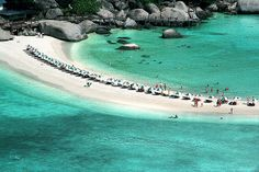 Many knows it that Koh Samui and Koh Phangan are both beautiful places to not miss in Thailand. Both are located on the east Thailand, a very popular destination for backpackers. The palm-tree lined islands are famous for its white sandy beaches, and clear turquoise waters as well as its spectacular views.