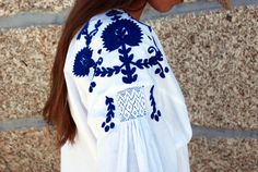 Embroidered blouse from Viana do Castelo, northern Portugal. Ethnic Fashion, Urban Fashion, Fashion Art, Folk Costume, Costumes, Embroidered Flowers, Embroidered Blouse, Porcelain Print, Country Women