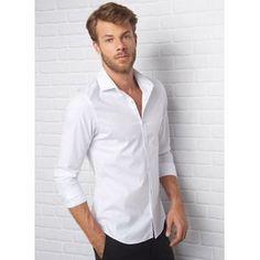 Camisa básica em tecido plano com modelagem slim, fechamento por botões e manga longa com punho abotoado. Modelo veste: M/40. Altura: 1,88cm. Torax: