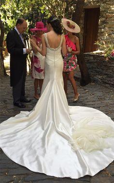 """Impresionante Carol con el tocado en hilo de plata y brillantes """"Dutchess"""" by @nilataranco ¡¡Felicidades Carol!! #noviasconestilo #tocadosdenovia #tendenciasdeboda #bridalinspiration #wedding #bride #noviaperfecta #nilatarancodesign #weddingstyle #bridalheadpieces #bridaltrends #handmade #hechoamano"""