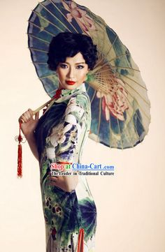 Traditional Chinese Silk Old Shanghai Style Silk Cheongsam Shanghai Girls, Shanghai Night, Old Shanghai, Cheongsam, Photography Beach, Umbrella Photography, Oriental Fashion, Asian Fashion, Style Fashion