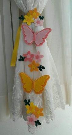 Fabric paint and felt. Felt Flowers, Fabric Flowers, Paper Flowers, Butterfly Crafts, Flower Crafts, Felt Diy, Handmade Felt, Diy Home Crafts, Crafts For Kids