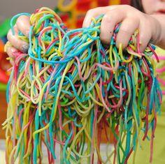 Zintuigen prikkelen voor kinderen van alle leeftijden - Gekleurde spaghetti