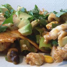 Kip enchilada schotel met zwarte bonen, mais, lente-ui, avocado en koriander - Het keukentje van Syts