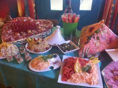 buffet froid composé par : - taboulé - salade de riz - salade de tomates - salade Piémontaise - Mousse avocat saumon