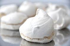 Le meringhe Bimby sono una ricetta da tenere sempre a portata di mano, se vuoi puoi partire da qui per farle al cioccolato o anche colorate. Meringue Pavlova, Muffin, Cupcakes, Italian Style, Icing, Food And Drink, Feta, Ice Cream, Homemade
