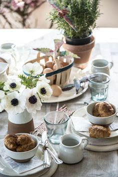 How to Style a Spring Table - Naturals Breakfast Table Setting, Prop Styling, Easter Celebration, Simple Colors, Time To Celebrate, Interior Styling, Interior Design, Tablescapes, Table Settings