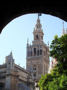 Sevilla, España, La giralda, vista desde un portal.