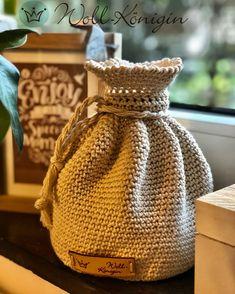 Eine schöne Alternative zu einer normalen Spardose Saving Money Jars, Crochet Stuffed Animals, Nice Things, Tutorials, Nice Asses