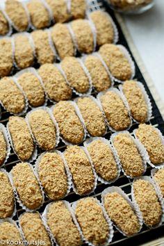 Kruimige pindakoekjes | Kookmutsjes Cakepops, Different Recipes, No Bake Desserts, Cookie Recipes, Catering, Biscuits, Food And Drink, Tasty, Sweets