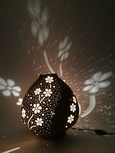 Adding light somehow could be interesting. Farm Crafts, Diy And Crafts, Pvc Pipe Crafts, Hand Painted Gourds, Gourd Lamp, Raku Pottery, Creation Deco, Light Decorations, Ceramic Art