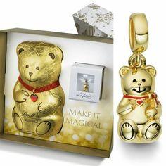 Depois do pingente Gold Bunny lançado na Páscoa, a Lindt e a Life by Vivara se uniram novamente para lançar oTeddy Bear. Em edição limitada, a peça feita em prata 925 e banhada a ouro 18 k, acompanha um urso de chocolate ao leite de 200g, embalados numa caixa de presente. #teddybear #lindt #vivara #chocolate #bijoux #instagram #instadaily #instagood #mondomoda #insta #instafood #instalike