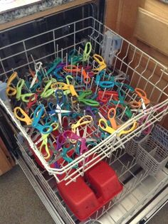 Send those scissors through the dishwasher, instead of washing them by a hand or using baby wipes! It's a real time saver! #kindergarten #hack #greatidea