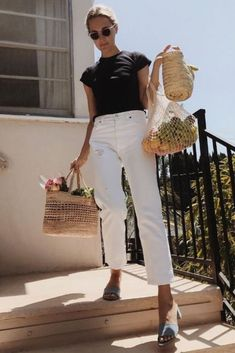 White jeans, black top and blue mules Are you looking for effortless minimalist outfit ideas to refresh your spring wardrobe? For no brainer easy mornings, we round up fifteen looks to get you inspired. Jeans And T Shirt Outfit, White Jeans Outfit, Cardigan Outfits, Blue Jeans, Look Fashion, Korean Fashion, Fashion Tips, Fashion Trends, Fashion Hacks
