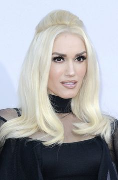 Gwen Stefani rocks platinum blonde hair with black tips at Jingle Ball in New York, Madison Square Garden - New York City, NY, USA - Holiday Hairstyles, 2015 Hairstyles, Vintage Hairstyles, Down Hairstyles, Straight Hairstyles, Bleach Blonde, Blonde Hair, Gwen Stefani Pictures, Medium Hair Styles