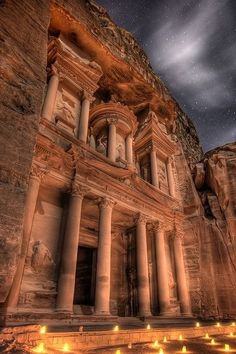 Um dos lugares que gostaria visitar - Local histórico Petra at night, Jordon (2011). Nabataean Ghosts, Indiana Jones fans and wonderstruck couples share quiet space.
