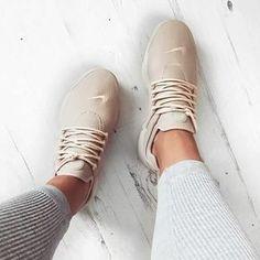 Nike Air Presto beige braun // Foto: Katyluise (Instagram)