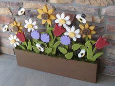 Ähnliche Artikel wie BLUMENKASTEN mit Gänseblümchen, Sonnenblumen, Tulpen, Flieder und Bienen für Wohnkultur, Türhänger, Mütter Tag und Feder-Dekor auf Etsy