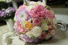 Guľatá ružová svadobná kytica z ruží, hortenzií a kamiliek