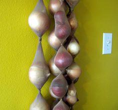 Conserver les oignons dans un collant. 25 astuces absolument géniales pour conserver la nourriture... Fini les légumes qui pourrissent dans le frigo !
