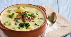 A lágy, selymes krumplikrémleves brokkolival és baconnel gazdagítva még tartalmasabb.