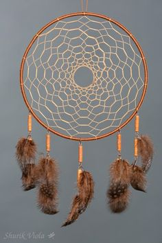 American indian spiritual accessoire to protect dreams. According to the legend, dreamcatcher let the good dreams go through the hole in the middle and catches bad ones, keeping them untill the morning when they disappear with the light. Dream Catcher Patterns, Dream Catcher Decor, Dream Catcher Nursery, Dream Catcher Boho, Making Dream Catchers, Los Dreamcatchers, Dream Catcher Tutorial, Tribal Baby Shower, Indian Arts And Crafts