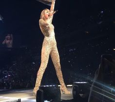 """Taylor Swift singing """"Out Of The Woods"""" at the 1989 Tour in Columbus, Ohio at the Nationwide Arena Night 1"""