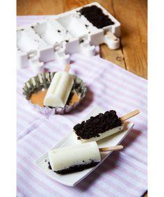 Gelato alla vaniglia e Oreo su stecco, fatto in casa --- Oreo and vanilla ice cream home made