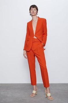 High-waist trousers with front darts, front pockets and false rear welt pockets. Featuring a matching belt and front fastening with metal hook, inside button and zip. HEIGHT OF MODEL: 177 CM /