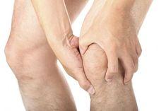 Síntomas de tendinitis de rodilla. La tendinitis en rodilla es una lesión bastante habitual provocada por una inflamación en el tendón rotuliano, el que uno la tibia con la rótula. Esta inflamación puede ser causada por una sobrecarga,...