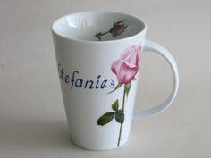 Eleganter Becher aus weißem Porzellan Mona mit rosa Rose und Namen
