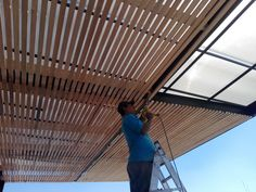 Techo a base de estructura de acero con plafon de fajilla de banak tipo deck. Deck With Pergola, Outdoor Pergola, Bbq Area, Home Pictures, Home Decor Kitchen, Modern House Design, Garden Design, New Homes, Woodworking
